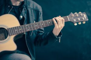 how to put on a guitar strap